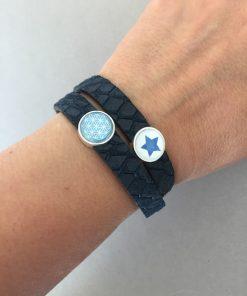 Armband Leder Reptilprägung doppelt dunkelblau Cabochons Stern Blume des Lebens am Arm
