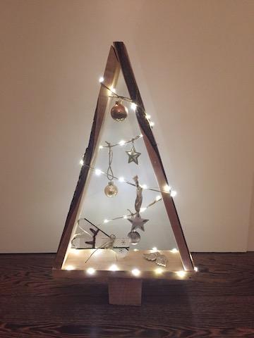 Holzbaum-Lichterkette-weihnachtlich-Deko