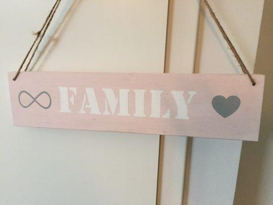 Holzschild FAMILY rosa weiß grau