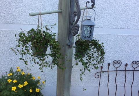 Säule mit Ausleger aus Holz Garten Laterne Blumenampeln
