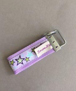 Schlüsselanhänger Gurtband flieder Sterne groß hinten