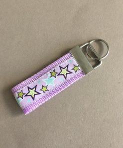 Schlüsselanhänger Gurtband flieder Sterne groß vorne