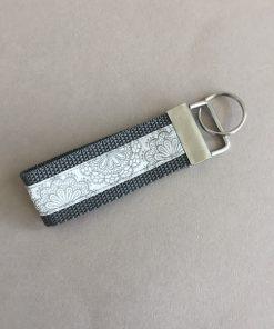 Schlüsselanhänger Gurtband groß grau Blumen vorne