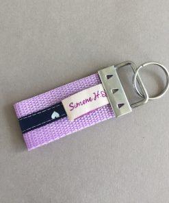 Schlüsselanhänger Gurtband klein flieder handmade with love hinten
